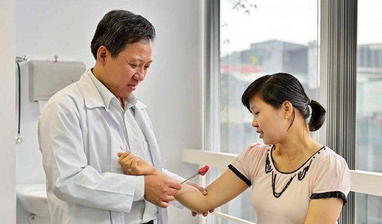 BS.CKI.Ngô Đức Trường thăm khám cho bệnh nhân